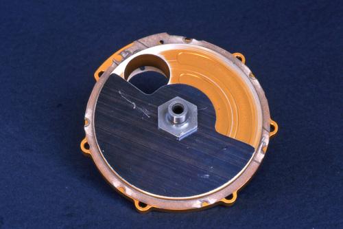 La grande semplicità delle valvole a disco rotante, che nella esecuzione più usuale si montano direttamente sulla estremità dell'albero a gomito, è chiaramente apprezzabile in questa immagine