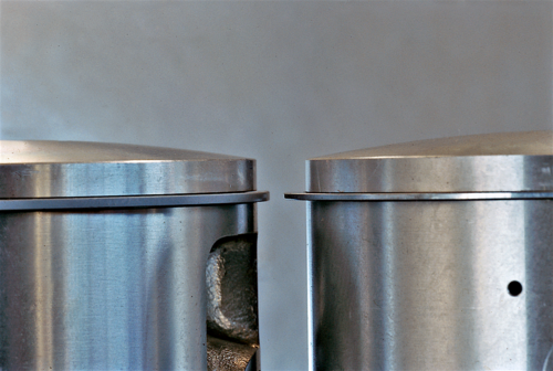 Il confronto tra due pistoni per motore a due tempi da competizione consente di osservare chiaramente come nella versione più evoluta il segmento abbia un'altezza minore