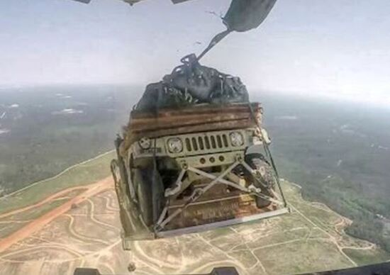 Humvee lanciati in volo: video mozzafiato