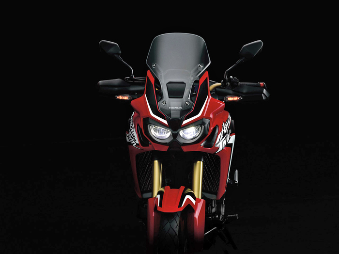 Il frontale della moto mantiene i due classici fari tondi