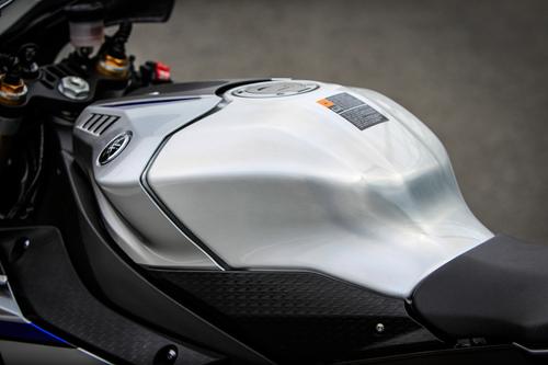 Originale l'andamento del serbatoio Yamaha, con coperchio plastico sopra l'unità in alluminio