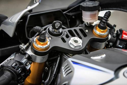 La piastra traforata della YZF-R1M, di diretta derivazione dalla MotoGP