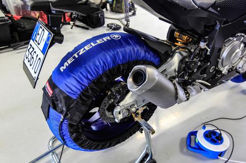 Metzeler raccomanda almeno un'ora di riscaldamento con termocoperte per le Racetec RR in mescola K1 e K2