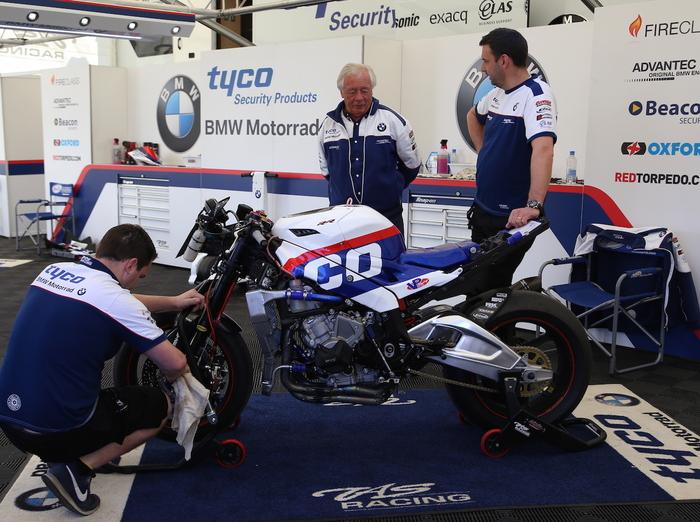 I tecnici di Martin al lavoro sulla BMW S1000RR sotto l'occhio del team manager Neill