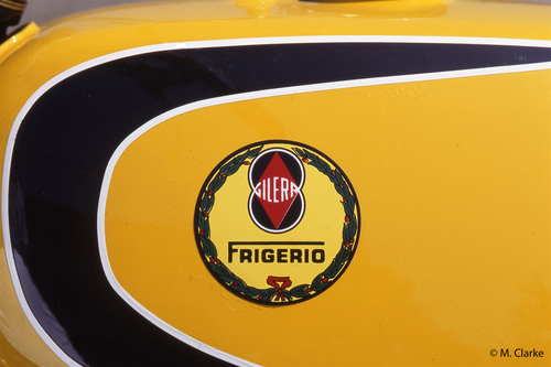 Il logo dei fratelli Frigerio abbinato a quello della Gilera sul serbatoio di una splendida special da cross di loro produzione. Il sodalizio è durato anni e ha dato frutti eccellenti