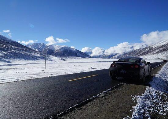 Nissan GT-R arriva al campo base dell'Everest