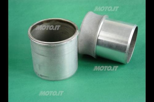 Canna cilindro umida con bordino d'appoggio superiore (questa è in ghisa, ma in diversi motori ad alte prestazioni sono in lega di alluminio)
