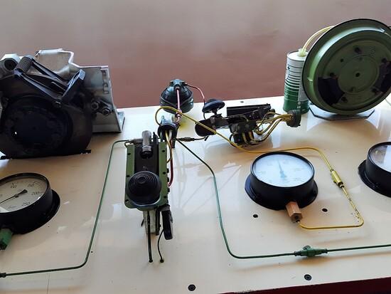 Molto interessante il simulatore idropneumatico dei sistemi sospensione, frenata e sterzo delle vecchie DS