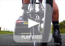 Una Jaguar XF Sportbrake sfida una bici da corsa. Chi vince?