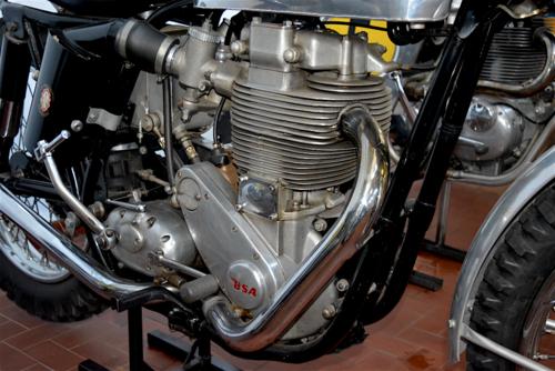 La BSA schierava le sue Gold Star, con un motore che in effetti era nato per impiego stradale e che andava forte in circuito e nei deserti americani. Nel cross però era un'altra storia…