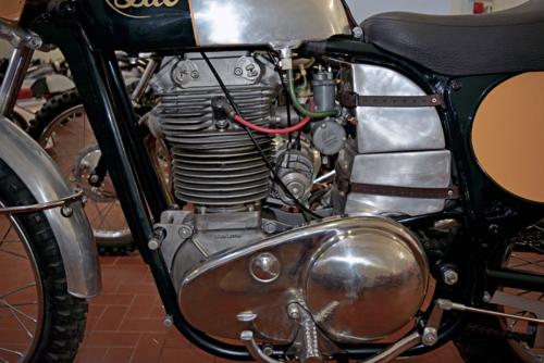 Il motore aveva i bilancieri montati su perni eccentrici, per la regolazione del gioco delle valvole. A collegarlo al cambio separato provvedeva una catena racchiusa in una cartella posta sul lato sinistro della moto. Si noti la scritta Albin Motor sul basamento