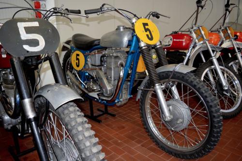 La 500 da cross, che si è imposta nel mondiale del 1959, è stata l'unica moto a quattro tempi costruita nel dopoguerra dalla Monark, casa svedese che è stata attiva nel settore delle due ruote dagli anni Dieci ai primi anni Settanta