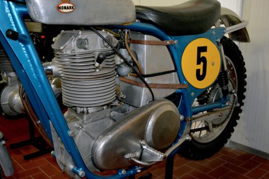 La Monark era azionata da un monocilindrico a corsa lunga (ben 101 mm, contro i 79 mm dell'alesaggio) sviluppato dal tecnico Hedlund, che ha montato un gruppo testa-cilindro di nuovo disegno, in lega di alluminio, sul basamento di un motore Albin prodotto per impiego militare
