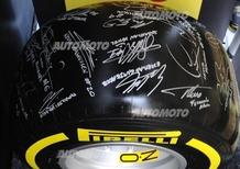 F1 2014: uno pneumatico Pirelli firmato dai piloti per la partita per la pace
