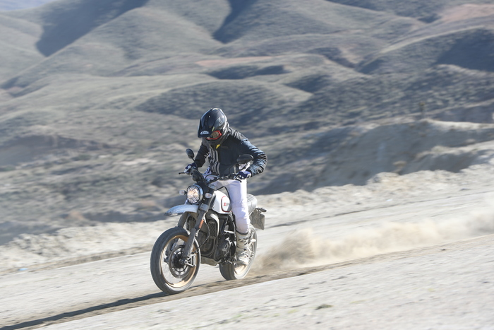 La Desert Sled non sarà mai una moto da offroad difficile. Con lei vai su asfalto (anche in due) e - quando ti scappa - inizi a giocare in fuoristrada