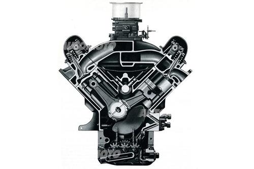 Per correre a Le Mans la Ford ha sviluppato speciali versioni dei suoi V8 di serie, mantenendo la distribuzione ad aste e bilancieri. Questo è il motore della GT 40 Mk II di 7000 cm3, realizzato nel 1966