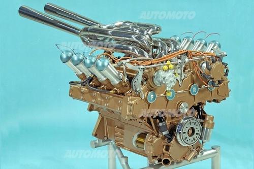 Lo splendido motore Ford sviluppato per Indianapolis ha esordito nel 1964 e ha trionfato l'anno successivo. La disposizione dei condotti di aspirazione, con le trombette qui chiuse da tappi sferici, è ben visibile