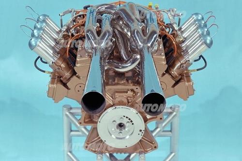Questa vista del V8 bialbero a quattro valvole per cilindro di 4200 cm3 consente di osservare chiaramente l'inconsueta ma razionale conformazione del sistema di scarico. La lubrificazione era a carter secco.