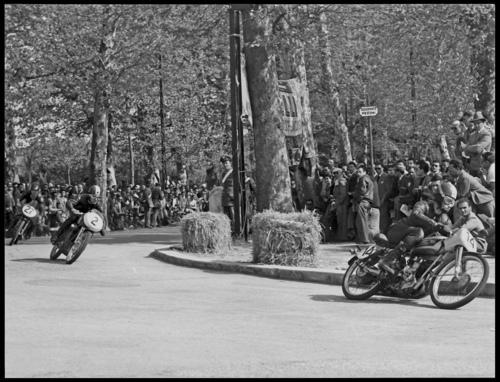 Per diversi anni il circuito di Faenza, sul quale si correva con moto da GP, è stato di grande importanza nel panorama nazionale. In questa foto del 1953 la Morini di Zinzani è al comando nella gara delle 125. Il pubblico è ammassato ai bordi dell'asfalto…
