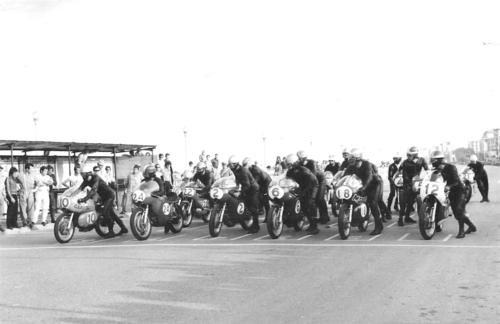 Partenza di una gara juniores, classe 250, a Rimini nel 1970. Da destra, la prima fila è formata da Tarlazzi (Ducati), Brettoni (Motobi), Mangione, Burlando e Chiavolini con le Aermacchi e Neri con un'altra Motobi. I box con tetto in lamiera sembrano un poco rudimentali…