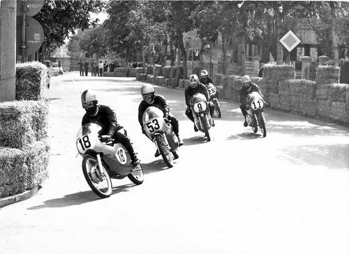 Un bel gruppetto di cinquantini a Riccione nel 1971. Le gare dei piloti juniores hanno continuato a svolgersi su alcuni circuiti stradali per una certa parte degli anni Settanta, poi anche per loro è arrivata la fine