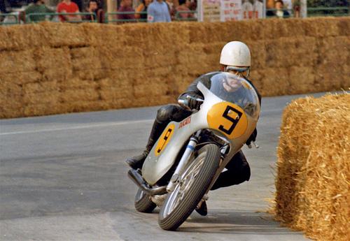 Spaggiari con la Ducati 500 bicilindrica in azione durante una gara romagnola nel 1971. Le balle di paglia non mancano, ma ormai i circuiti cittadini non sono più adeguati alle moto da GP… (foto cortesemente fornita da Gianni Perrone)