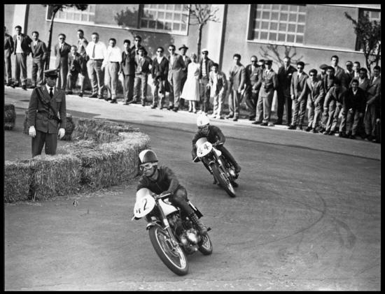 Le Morini Settebello di Zubani e Tassinari durante la gara delle 175 di Formula 3 (derivate dalla serie) a Busto Arsizio nel 1958. Le balle di paglia dovrebbero essere all'esterno piuttosto che all'interno della curva…