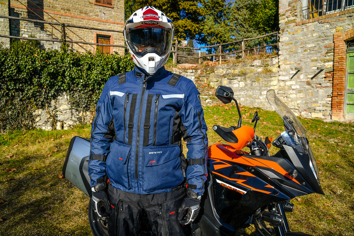 Andrea Perfetti vicino alla KTM. Nel test abbiamo usato: casco Caberg, completo Rev'It! Sand 3, stivali TCX