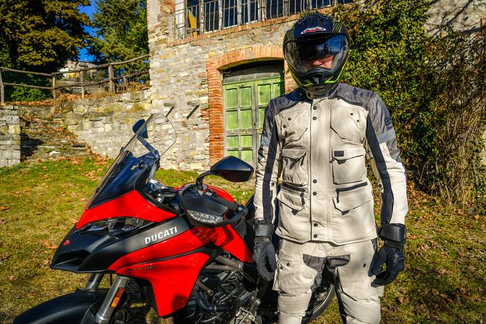 Maurizio Gissi vicino alla Ducati (casco Caberg, completo OJ Desert EVO, stivali TCX)