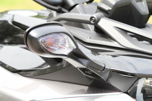 Gli specchietti retrovisori incorporano gli indicatori di direzione