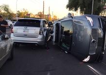 Guida autonoma, incidente per l'auto di Uber. Test sospesi