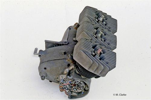 In pratica al motore originale Casamenti, allora giovanissimo, ha aggiunto un cilindro a destra e uno a sinistra. Le prestazioni erano superiori a quelle che si potevano ottenere con un bicilindrico e la struttura era più simmetrica…